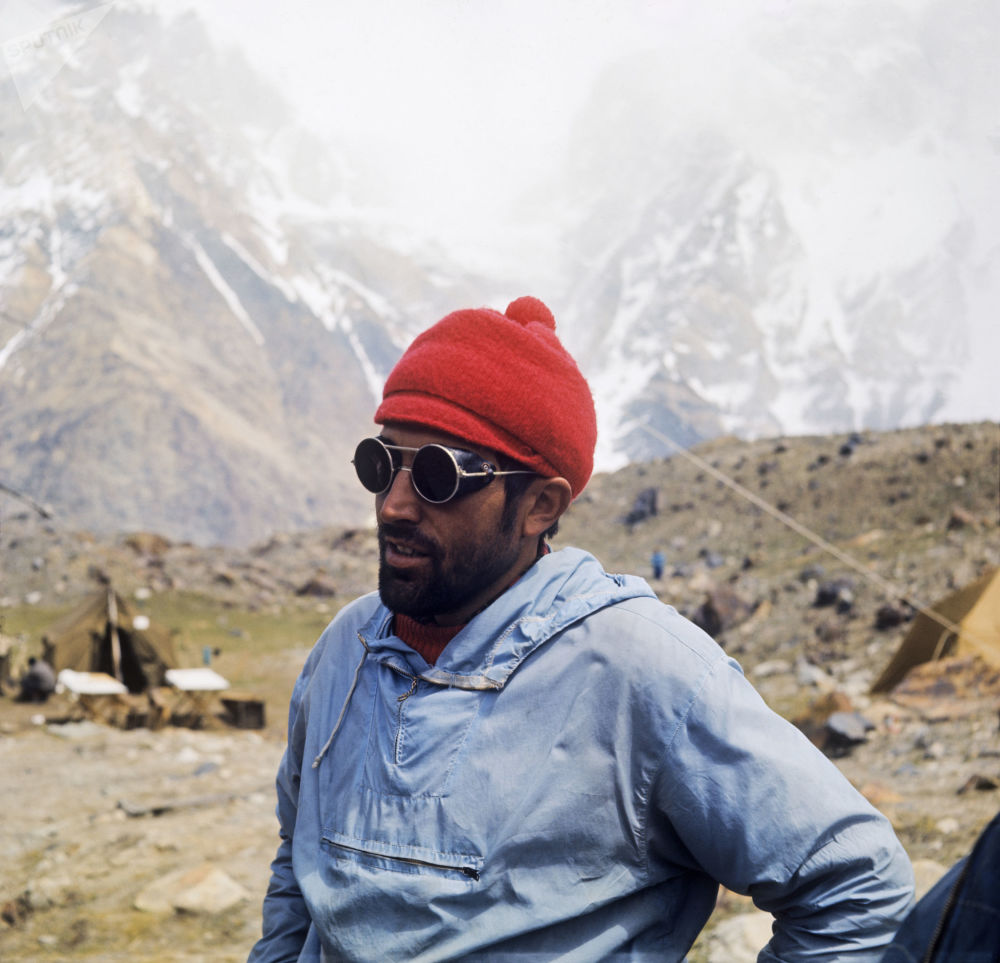 Membro da ascensão internacional do pico do comunismo, alpinista checoslovaco Khladek Leosh