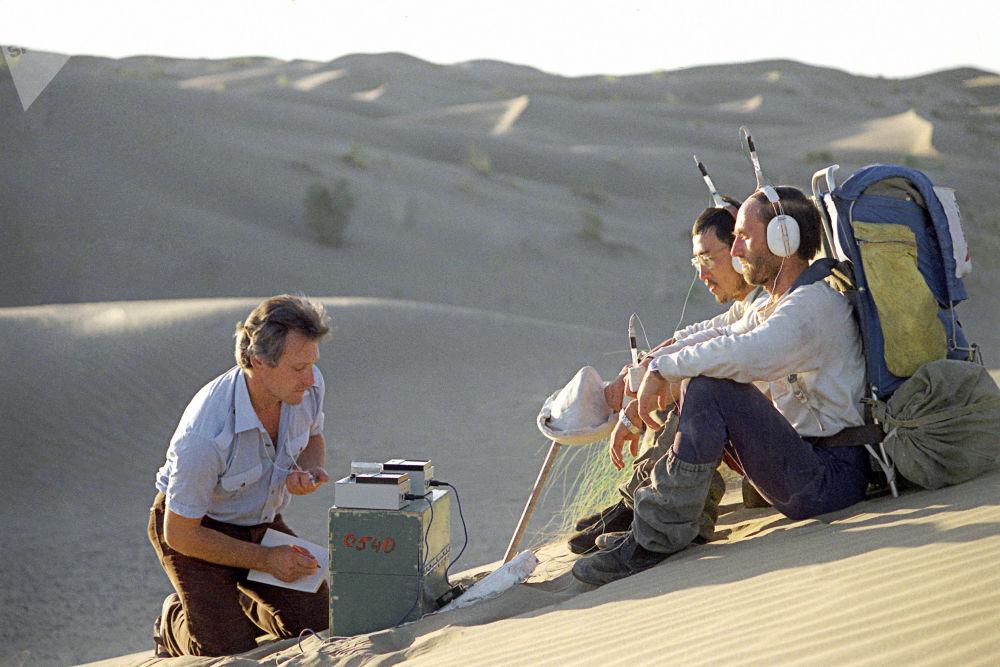 Membros da expedição Homem e o Deserto, atravessando a pé o Deserto de Karakum, na República Soviética do Turcomenistão