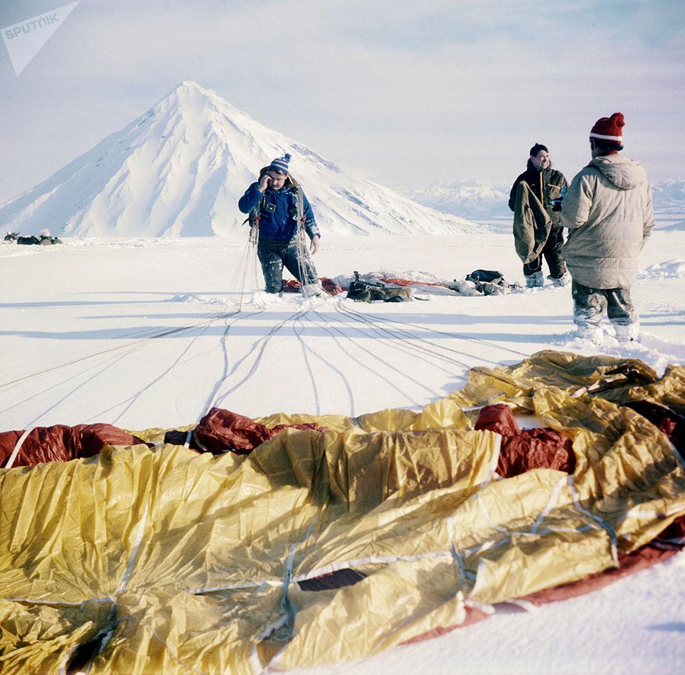 Grupo de paraquedistas, alpinistas e vulcanologistas depois da chegada ao vulcão Avachinsky, Kamchatka