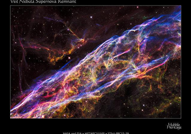 Imagem da Nebulosa do Véu, restos de uma supernova explodida, capturada pelo telescópio Hubble