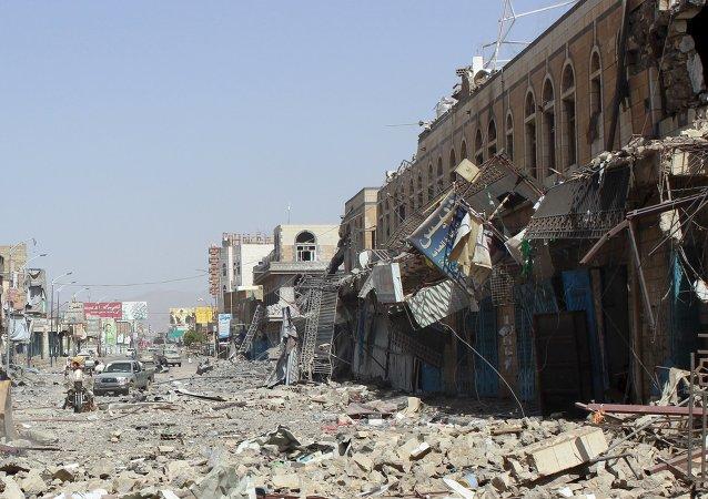 Construções danificadas por ataques aéreos no Iêmen, na província de Saada