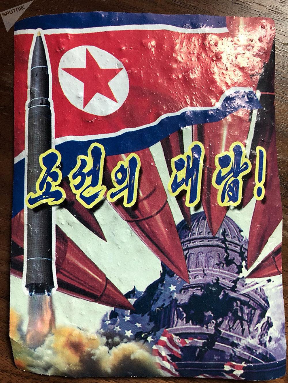 Um folheto anti-Trump supostamente da Coreia do Norte divulgado pela NK News em 16 de outubro de 2017. O texto em coreano lê Esta é a nossa resposta!.
