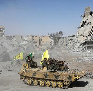 Forças Democráticas Sírias, FDS, celebram vitória em Raqqa, antiga capital do califado do Daesh, na Síria, em 17 de outubro de 2017