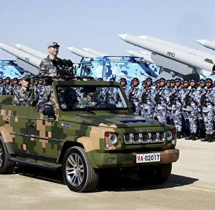 Presidente chinês, Xi Jinping, de pé em jipe militar inspecionando tropas do exército durante o desfile militar do 90º aniversário da criação do Exército de Libertação Popular