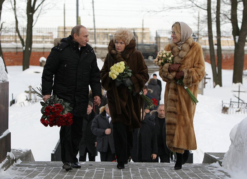 Vladimir Putin, Lyudmila Narusova (viúva de Anatoly Sobchak) e Ksenia Sobchak em 2010