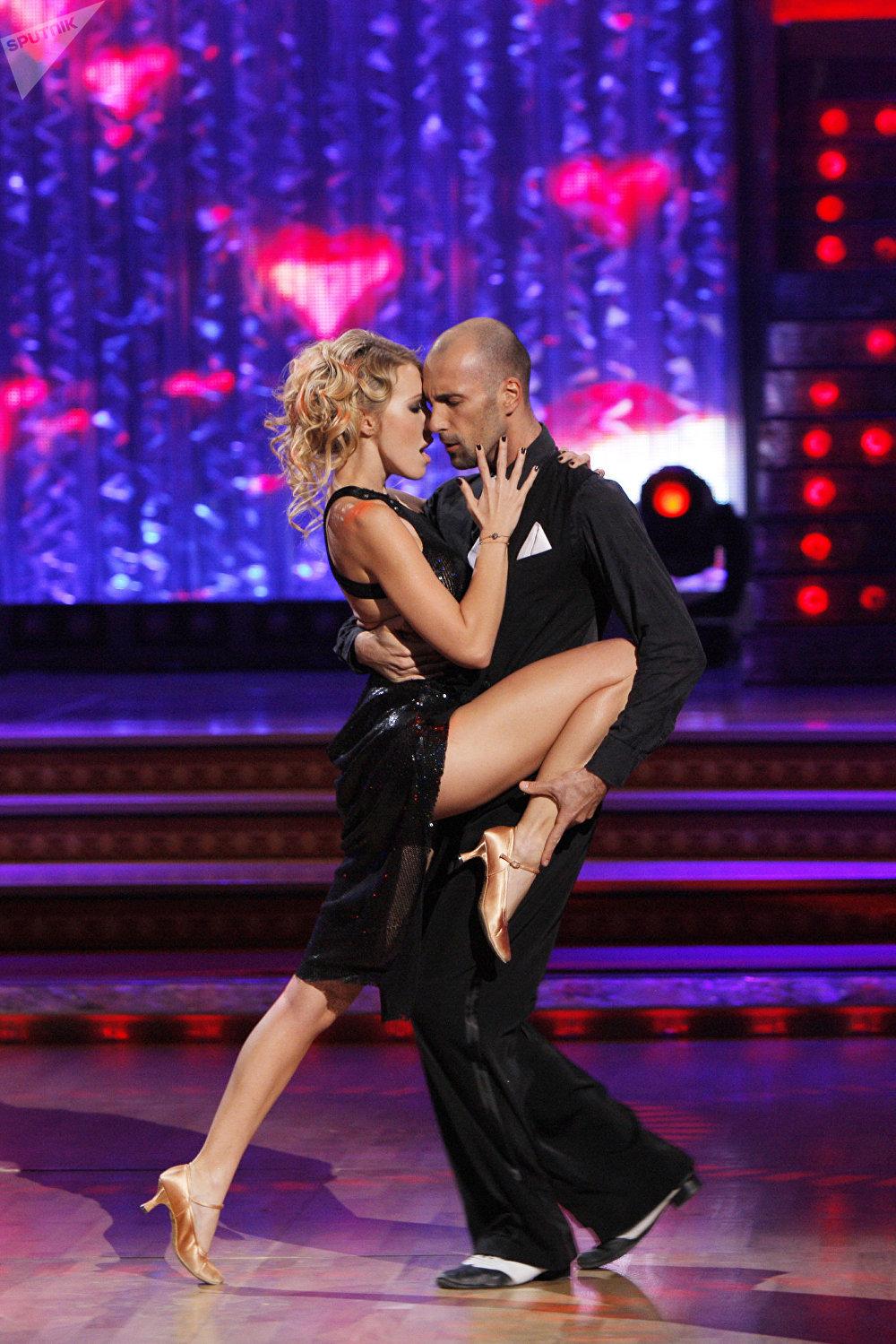 A apresentadora Ksenia Sobchak com o dançarino Yevgueny Papunaishvili durante o show de TV Dança com as estrelas