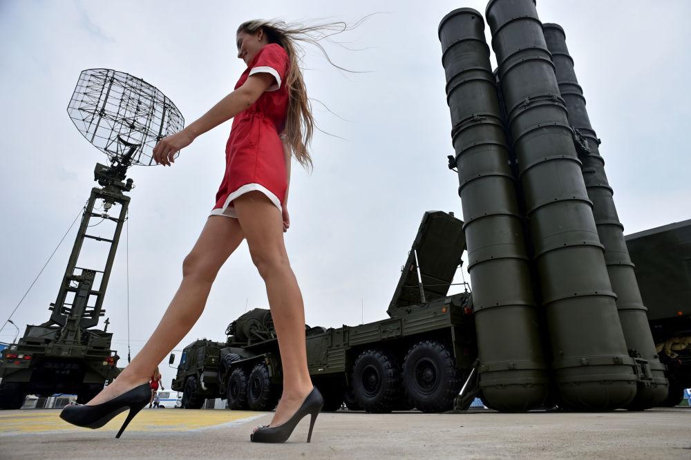 Jovem passeia perto dos sistemas S-400, Moscou, agosto de 2014