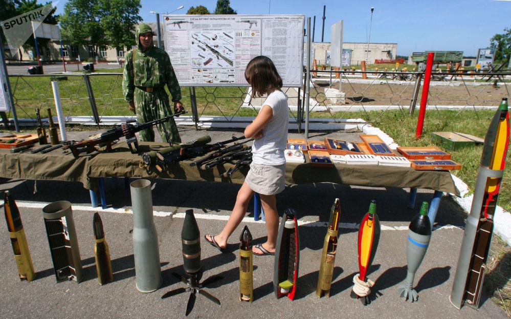 Garota visita exposição militar na Rússia, junho de 2011
