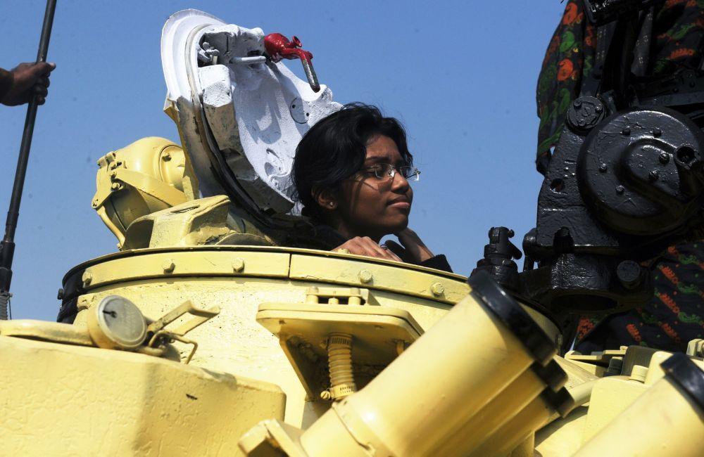 Garota dentro do tanque T-72, na exposição em Kolkata, Índia, janeiro de 2012