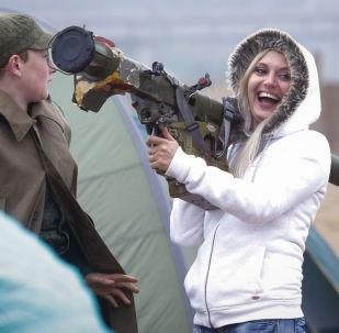 Mulher com sistema de defesa aérea portátil Igla na exposição em São Petersburgo, junho de 2016
