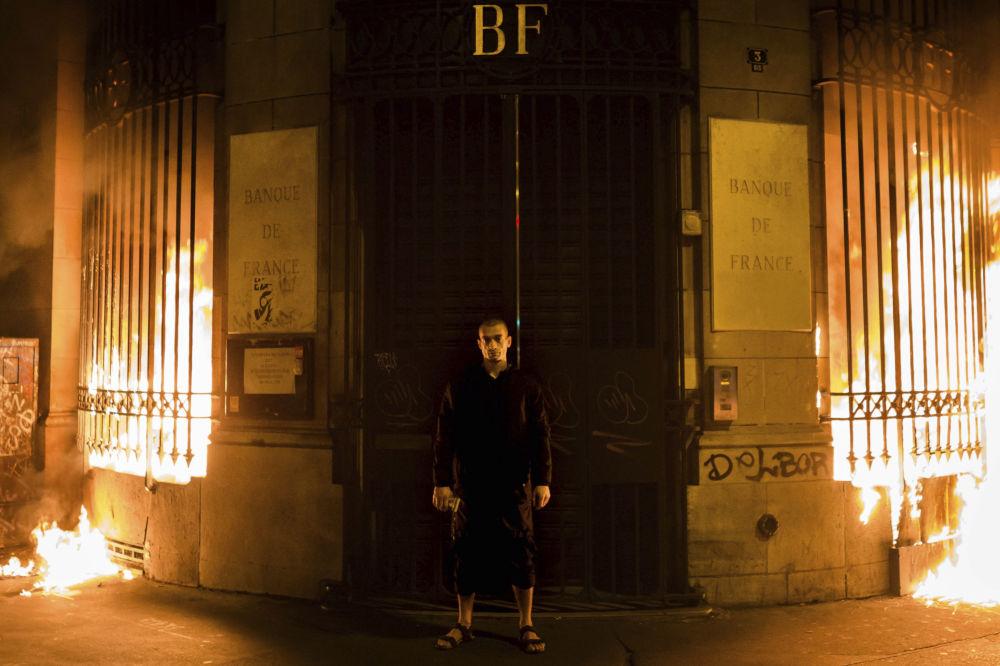 Artista opositor russo, Pyotr Pavlensky, ateia fogo no edifício do Banco da França