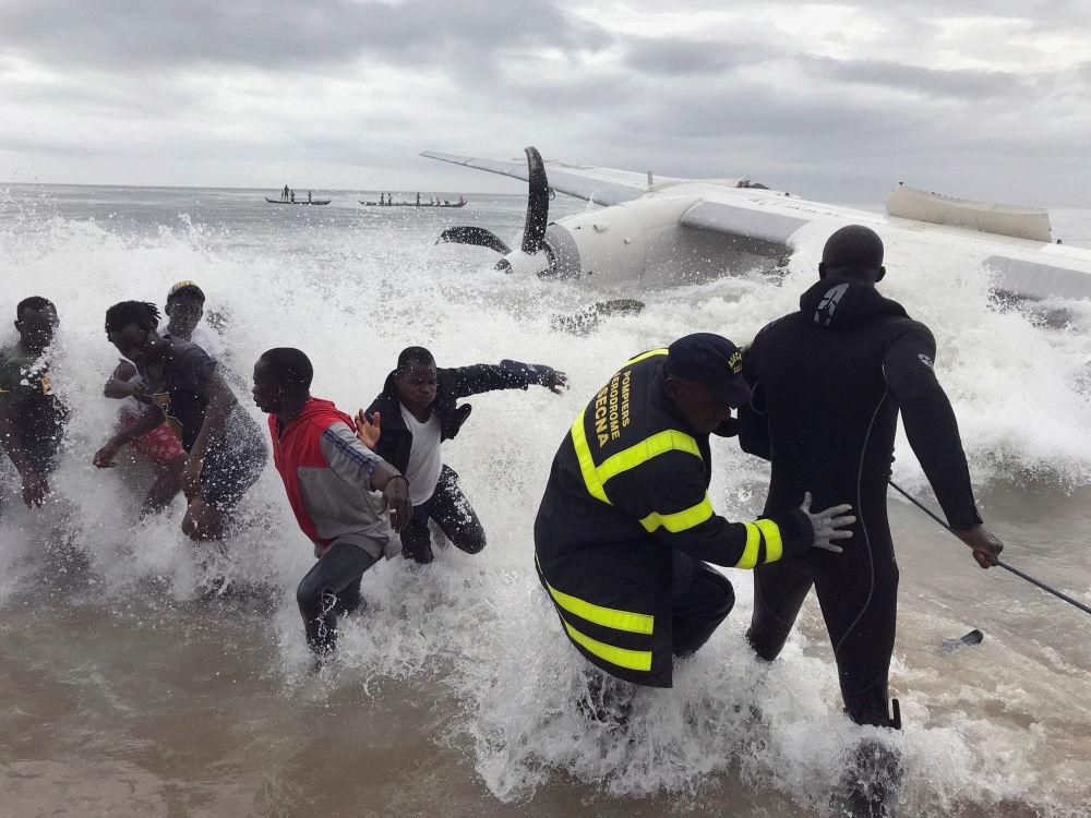 Socorristas ajudam vítimas do acidente aéreo na Costa de Marfim