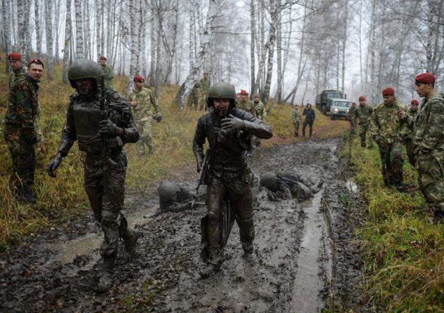Treinos de recrutas para poderem entrar nas fileiras da Guarda Nacional da Rússia
