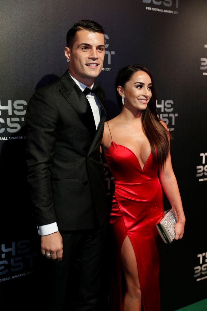 Meio-campo do Arsenal, Granit Xhaka, com sua mulher Leonita Lekaj, antes da cerimônia The Best FIFA Football Awards, realizada em 23 de outubro em Londres
