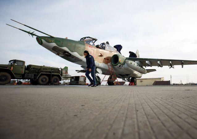Caça-bombardeiro Su-25UB antes de treinamentos especiais de voo de tripulações dos caças-bombardeiros na região de Krasnodar, Rússia
