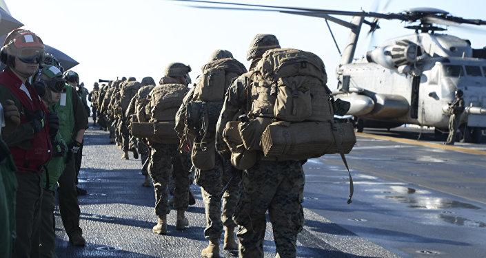 Fuzileiros navais norte-americanos participam dos exercícios militares no oceano Pacífico