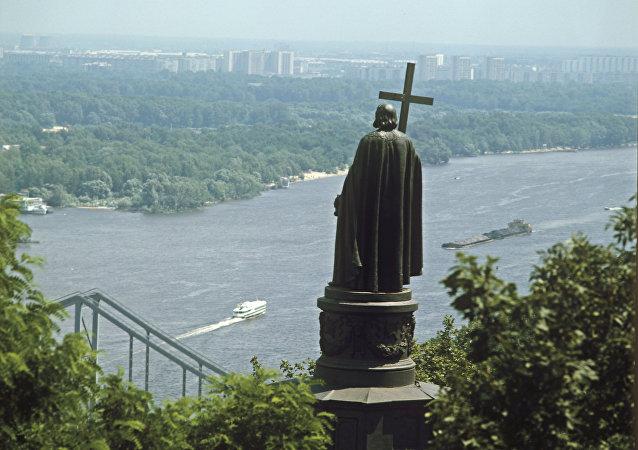 Escultura de Vladimir I de Kiev, o Grande, olhando para o rio Dniepre