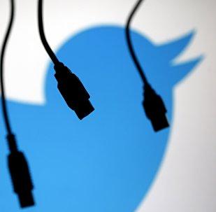 Cabos USB com logotipo do Twitter em plano de fundo