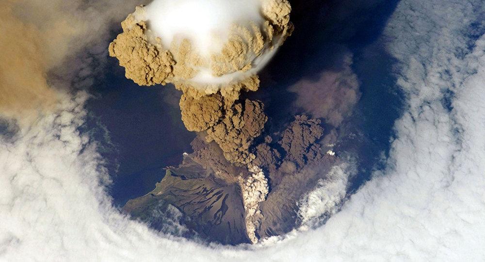 Erupção do vulcão Sarychev na ilha de Matua, nas Curilas