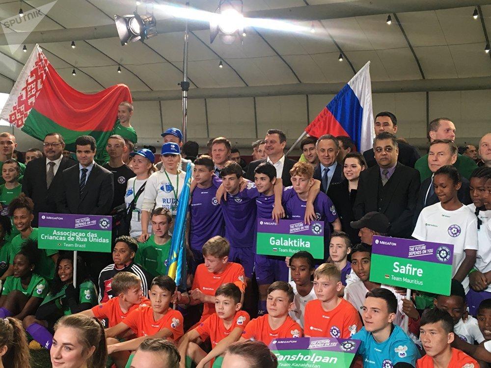 Vitaly Mutko posa para foto com equipes de diferentes países no torneio Futuro Depende de Você