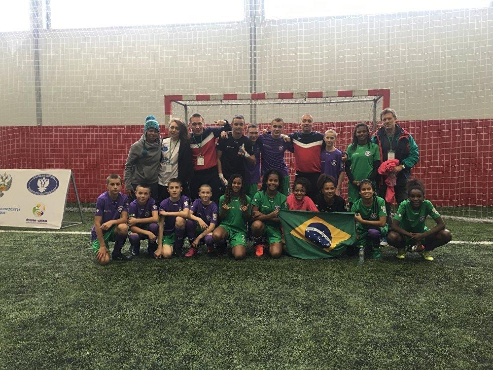 As equipes brasileira e bielorrussa após uma partida no torneio Futuro Depende de Você