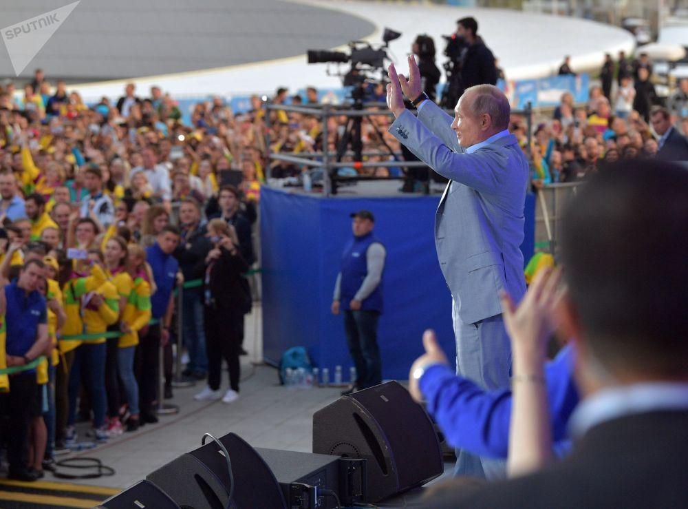 Presidente russo, Vladimir Putin, discursa no XIX Festival da Juventude realizado em Sochi