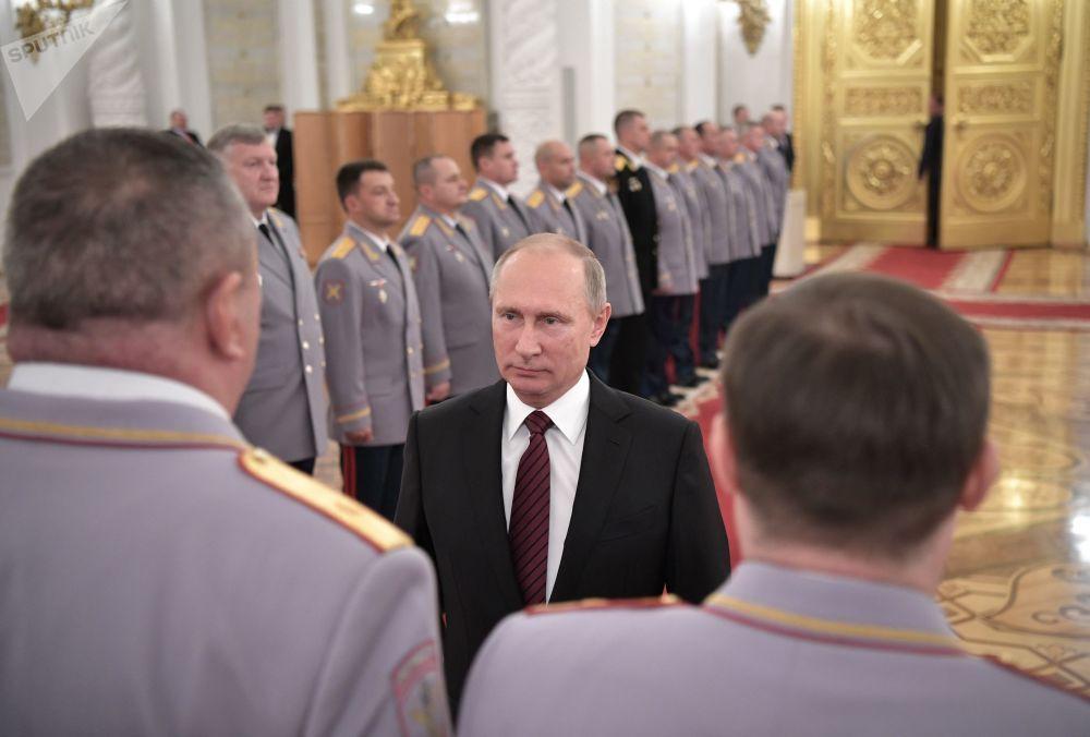 Vladimir Putin durante encontro com oficiais por ocasião de sua promoção para postos superiores