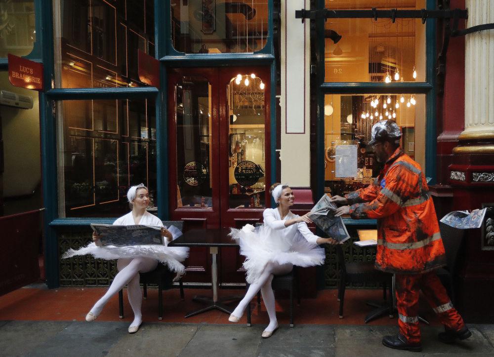 Atrizes dentro do mercado Leadenhall no centro histórico de Londres