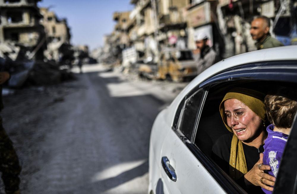 Mulher retorna para cidade de Raqqa depois da libertação dos terroristas
