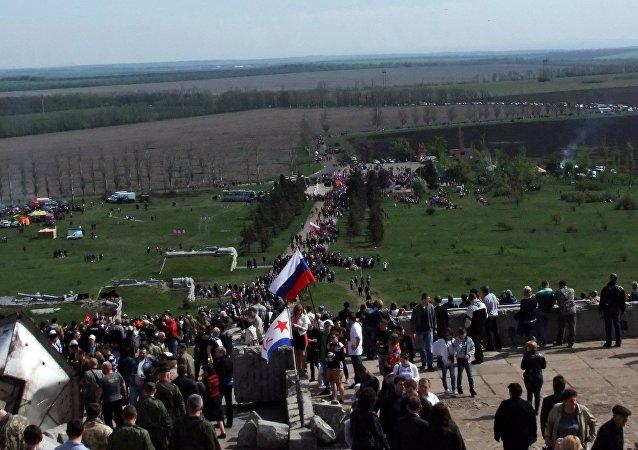 Celebrações dos 70 anos da vitória no complexo memorial Saur-Mogila, perto de Donetsk, em 8 de maio