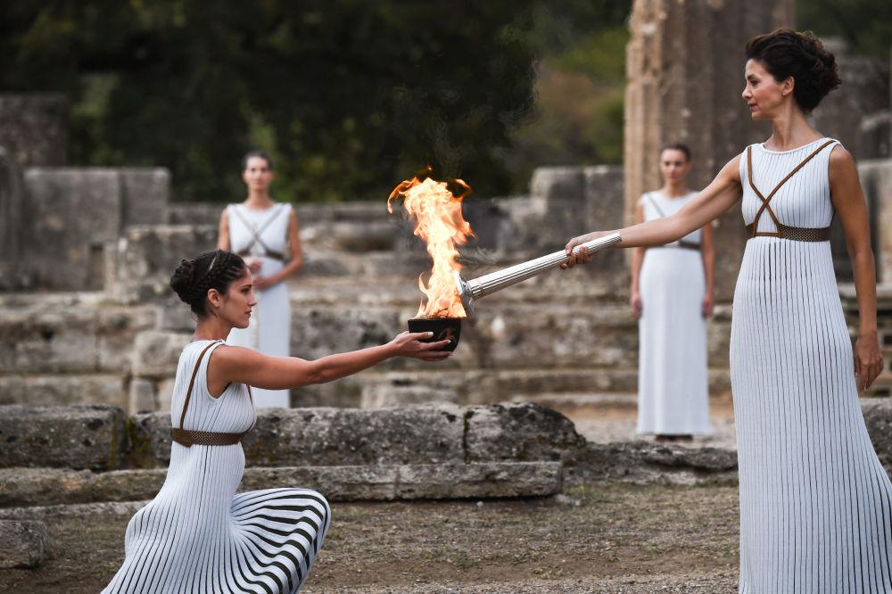 Cerimônia do acender da chama olímpica no templo de Hera, em Olímpia