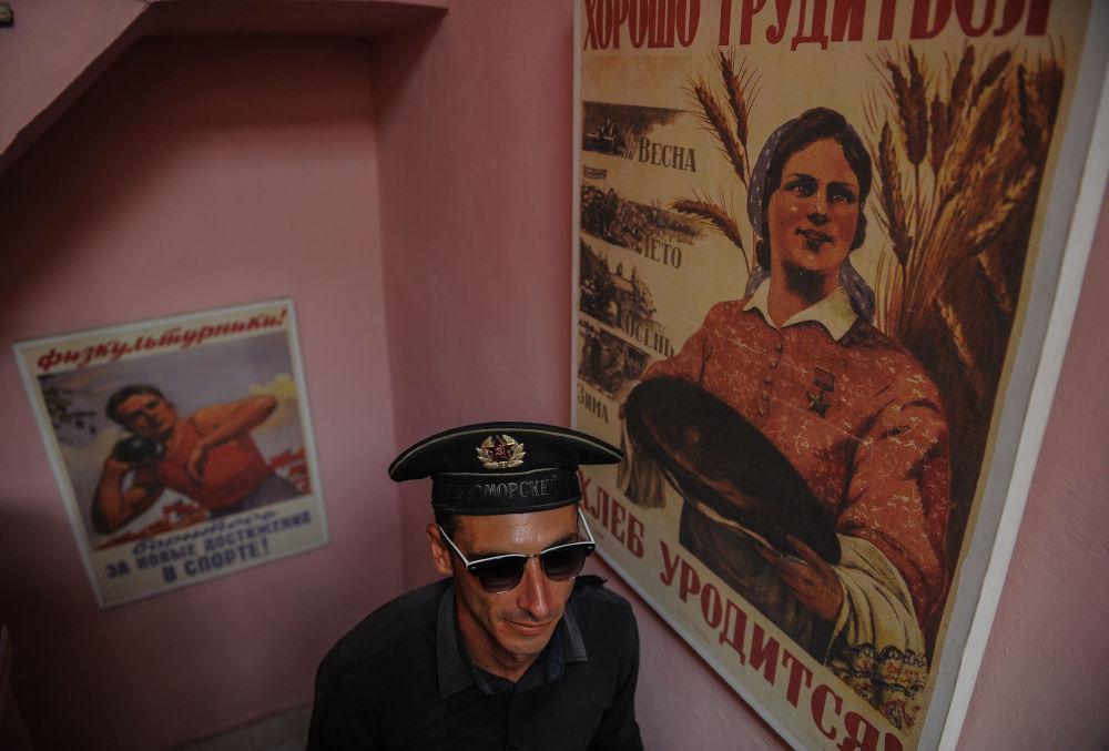 Garçom no restaurante Nazdorovie em Havana