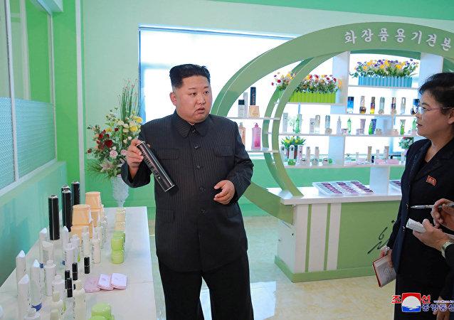 Líder norte-coreano Kim Jong-un visita uma fábrica de cosméticos em Pyongyang