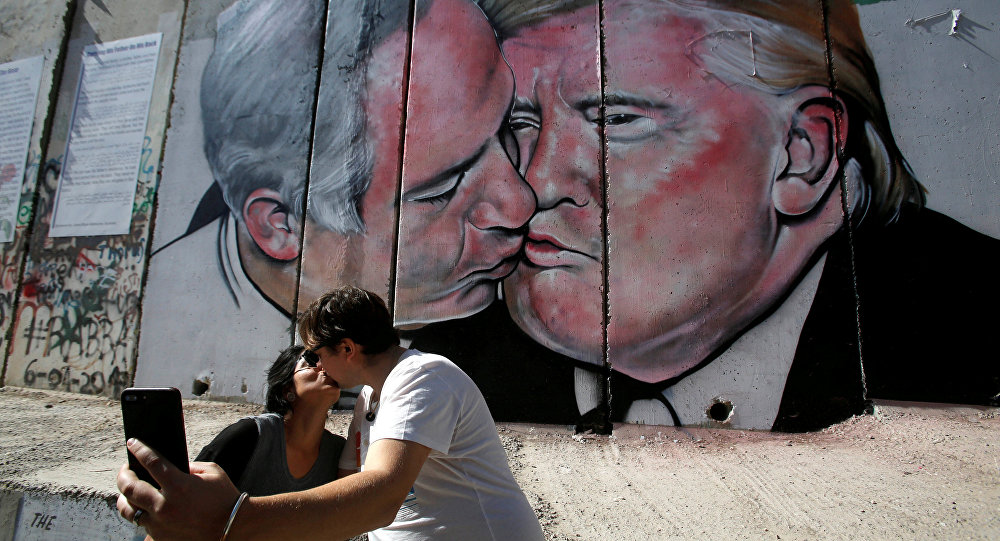 Mural com beijo de Trump e Netanyahu chamou a atenção de turistas na Cisjordânia