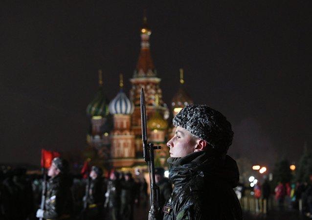 Soldados russos ensaiam desfile dedicado aos 76 anos da parada militar de 1941 na Praça Vermelha, em 31 de outubro de 2017
