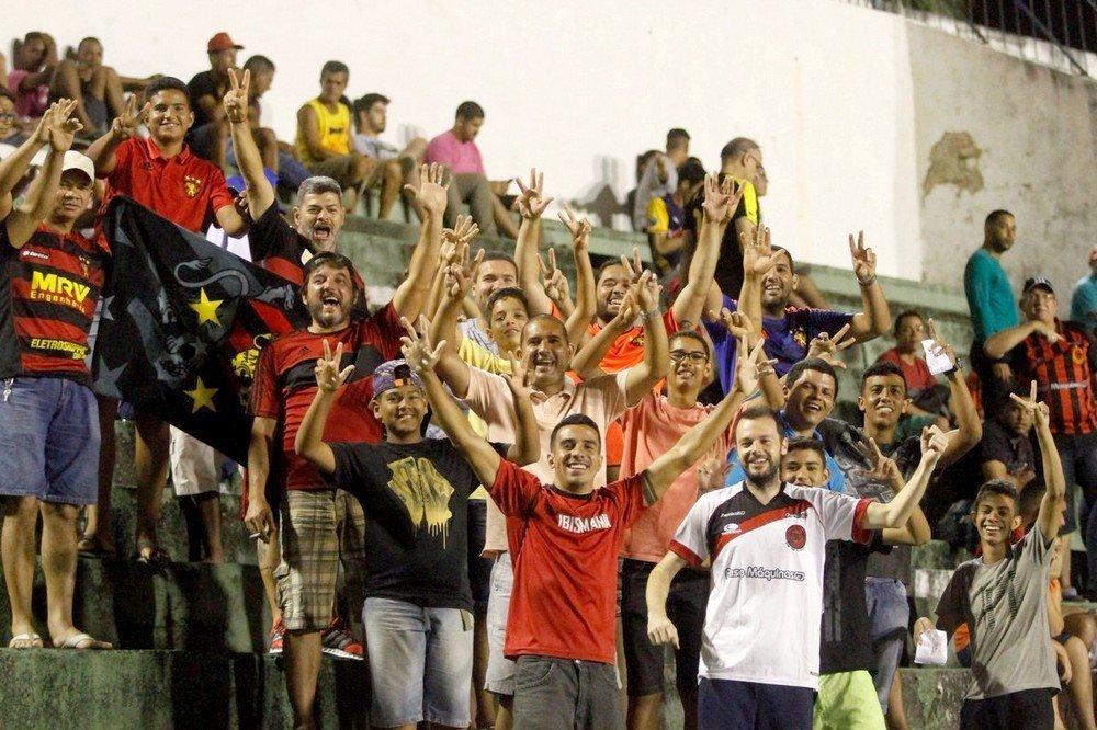 Torcida comemorando uma das vitória do Íbis na segunda divisão do Campeonato Pernambucano
