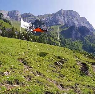 Salto de base jumping com obstáculos de Sven Ugau
