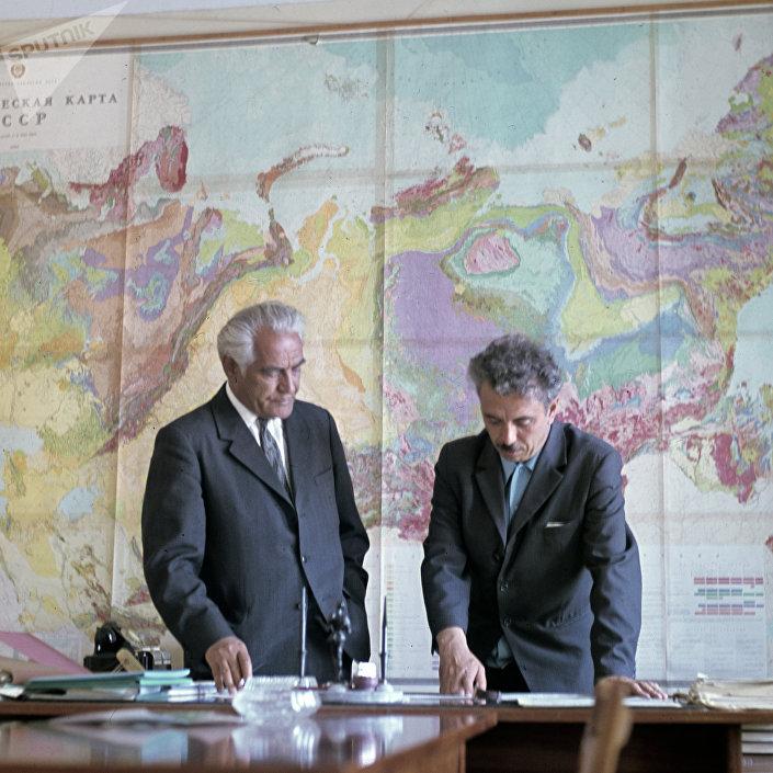 Yuri Erviye e Farman Salmanov, cientistas que descobriram petróleo em Tyumen