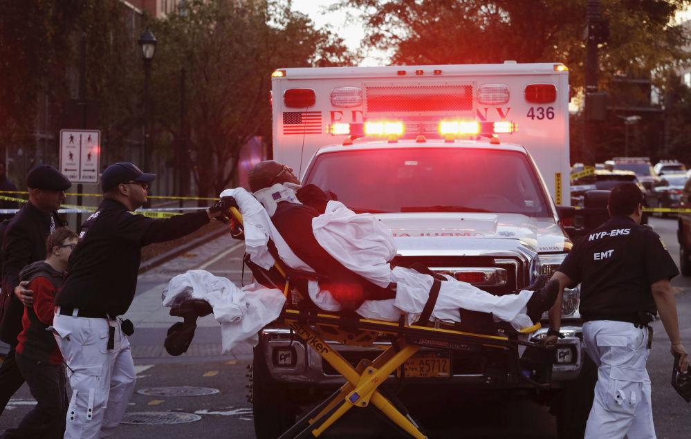 Bombeiros transportam uma pessoa em maca após o atentado em Nova York em 31 de outubro de 2017, quando inúmeras pessoas foram atropeladas
