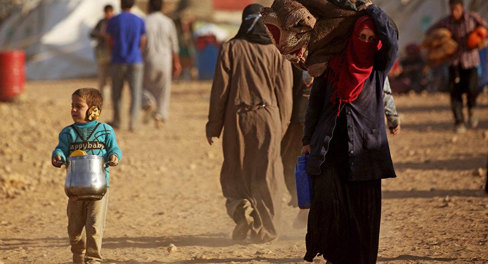 Sírios deslocados de Deir ez-Zor no campo de refugiados de Ain Issa, outubro de 2017