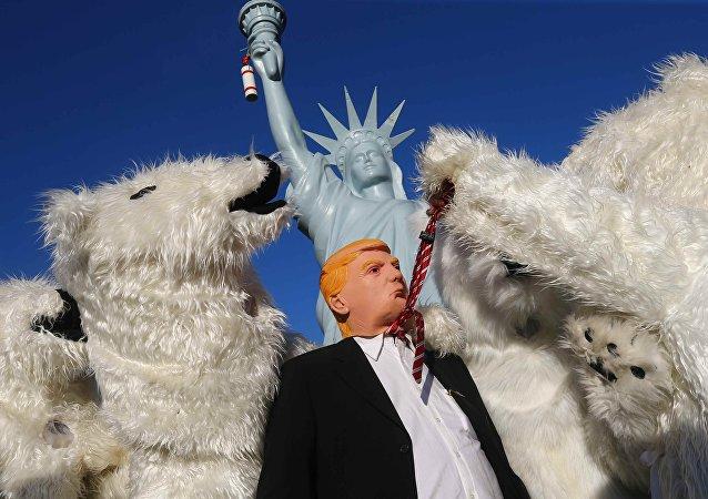 Manifestante com a máscara de Trump durante marcha contra uso de combustíveis fósseis em Bonn, Alemanha.