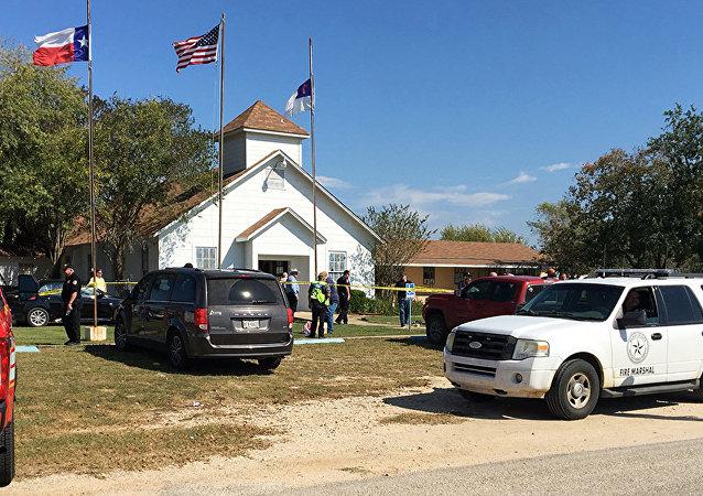 Serviços de emergência cercam a igreja de Sutherland Springs, no Texas, 5 de novembro de 2017