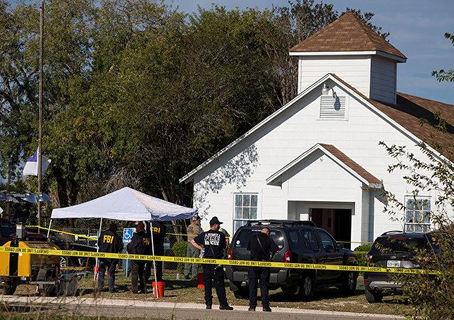 Agentes da polícia na entrada da igreja onde teve lugar um tiroteio em massa, na cidade de Sutherland Springs, Texas, EUA, 5 de novembro de 2017