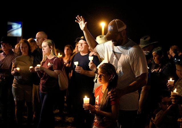 Pessoas durante uma vigília com velas após o tiroteio em uma igreja no Texas, EUA, em 5 de novembro de 2017