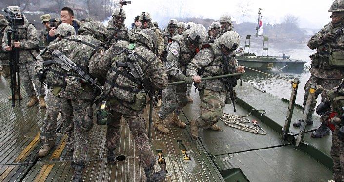 Soldados norte-americanos e sul-coreanos durante os exercícicos na Coreia do Sul