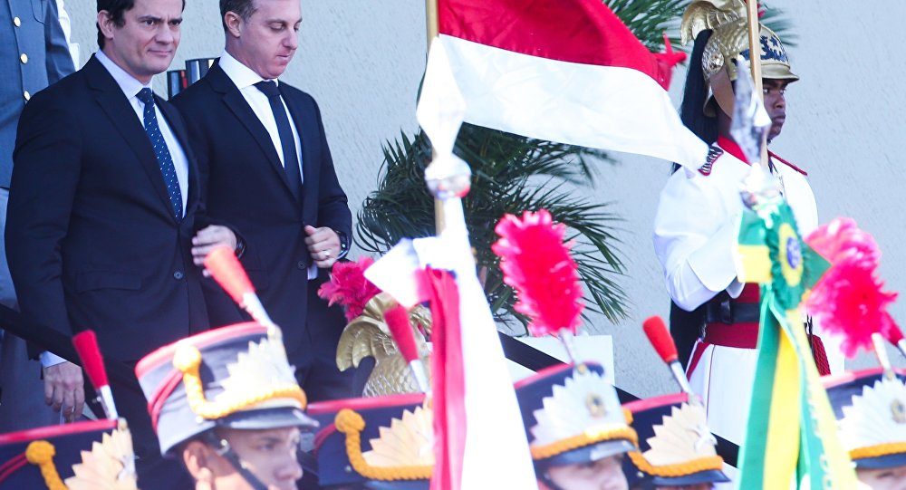 O juiz federal Sérgio Moro e o apresentador Luciano Huck participam da cerimônia comemorativa ao Dia do Exército, no Quartel-General do Exército (foto de arquivo).