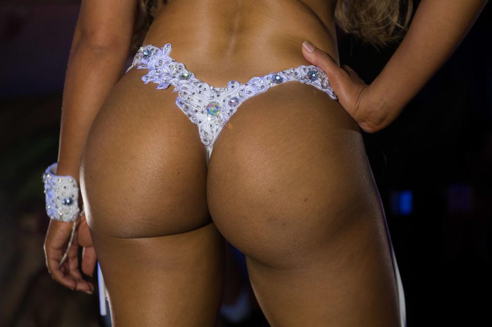 Uma das participantes do concurso mostrando suas curvas na passarela