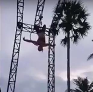 Acrobata Sam Panda cai durante truque em Bali (Indonésia)