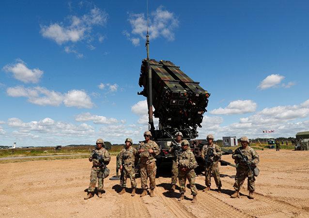 Soldados norte-americanos perto de sistema de defesa antiaérea Patriot durante manobras na Lituânia