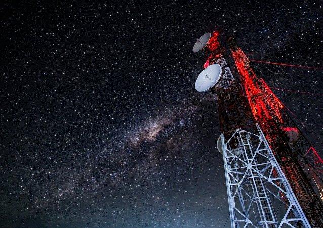 Estação receptora com céu noturno ao fundo